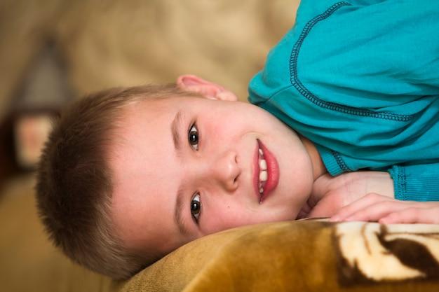 愛らしい若い幸せな少年lの写真