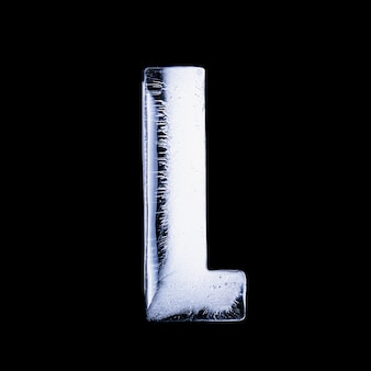 L замерзшая вода в форме алфавита на черном фоне