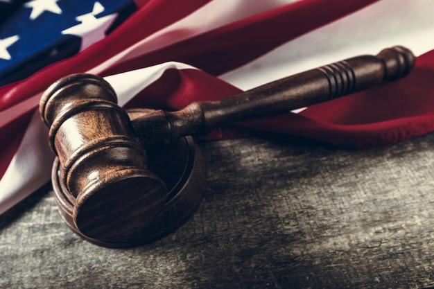 木製の小lとアメリカの国旗