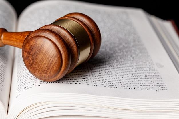 木製の小lと司法書をクローズアップ
