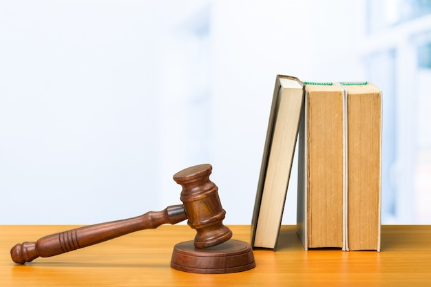 木製の小lと木製のテーブルの上の本