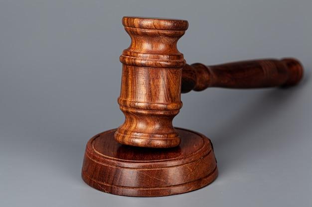 テーブルの上の木製裁判官小lをクローズアップ
