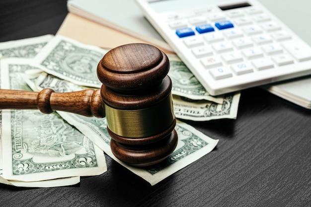 ビジネスファイナンス、腐敗の概念。アメリカのドルと木製の小l
