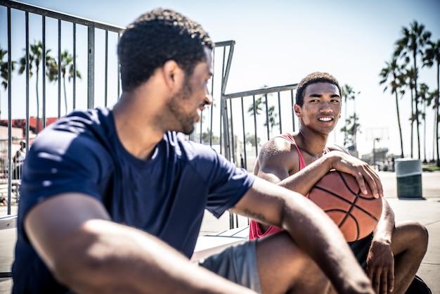 Laで野外で遊ぶ2人のバスケットボール選手