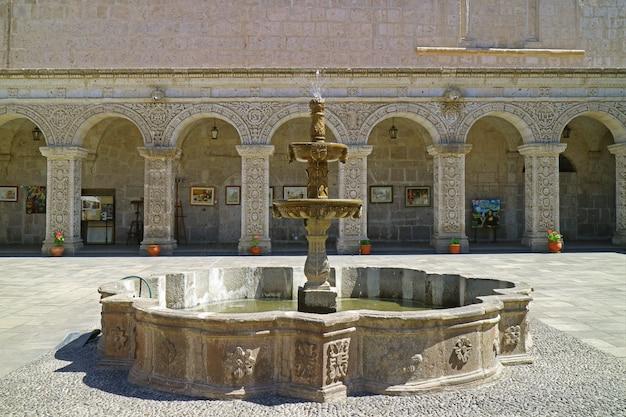 ペルー、アレキパのla compania de jesus教会の豪華な回廊