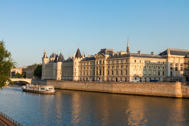 La conciergerie-화창한 여름날 전 왕궁과 감옥, 파리, 프랑스