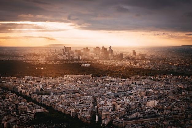 Закат вид на la denfense в париже, франция