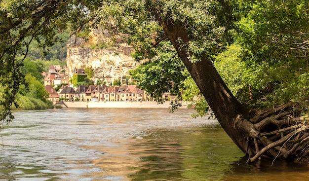 フランス、ヌーヴェルアキテーヌのドルドーニュ川からのフランスのラロックガジャック村