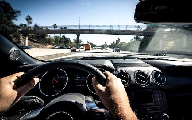 Laで筋肉の車を運転する男