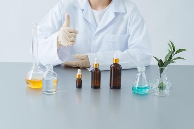 美容とメイクアップ製品をチェックするラボの化学者