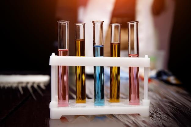 Лабораторные флаконы с различными вариантами вирусной вакцины.