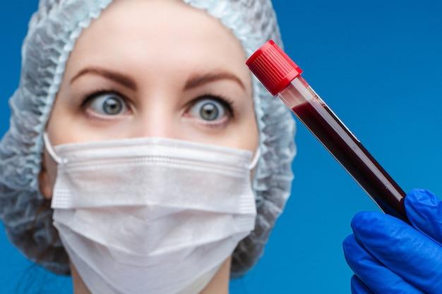 혈액 검사 튜브 손에 실험실 노동자입니다.