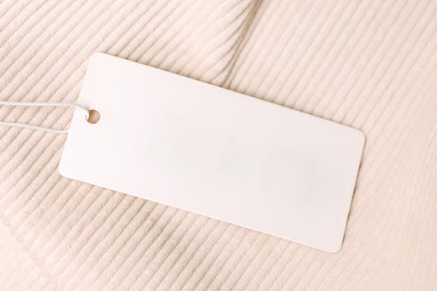 Этикетка и бирка на бежевой вельветовой ткани. макет для дизайна крупным планом