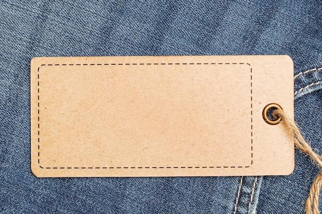Этикетка-макет ценника на синих джинсах из переработанной бумаги.