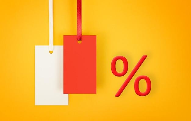 복사 공간이 있는 할인 및 판매의 노란색 배경 개념에 레이블 및 백분율 기호