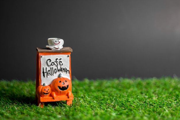 Labels with text cefe halloween on the grass.