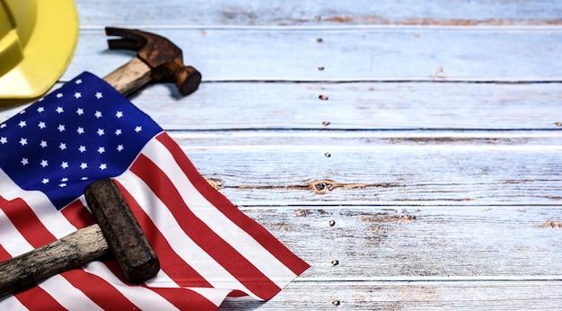労働者の日の背景と連邦祝日。アメリカとアメリカの独立と記念日。テキスト用のコピースペースを備えたエンジニアおよびワーカーツール。 Premium写真