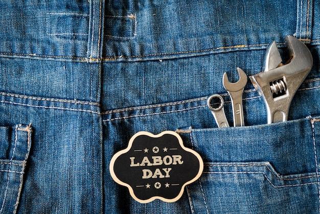 労働日の概念、レンチの種類、青ジーンズの背景に便利なツール。