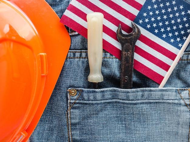 День труда. ручные инструменты и стильные джинсы