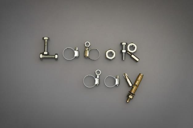 ボルトとナットなどのツールを使用した労働者の日のテキスト配置