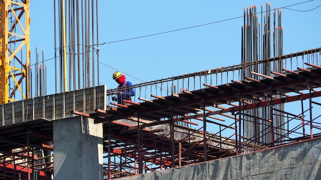 建設現場とコンクリートと金属材料でタワーを構築する作業。