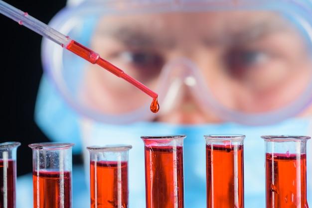 血液サンプル医療機器血液検査科学者医師を分析する実験助手または
