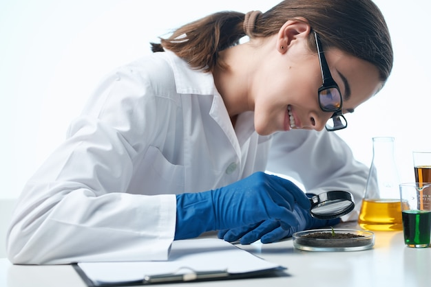Лаборант за своим столом исследования микробиологических технологий