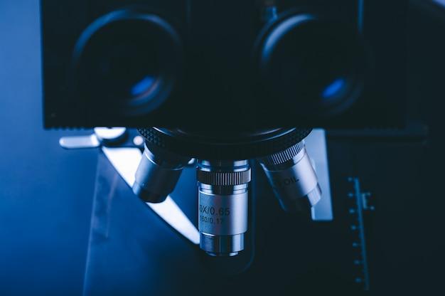実験装置の光学顕微鏡、金属レンズ付き科学顕微鏡のクローズアップ、実験室でのデータ分析