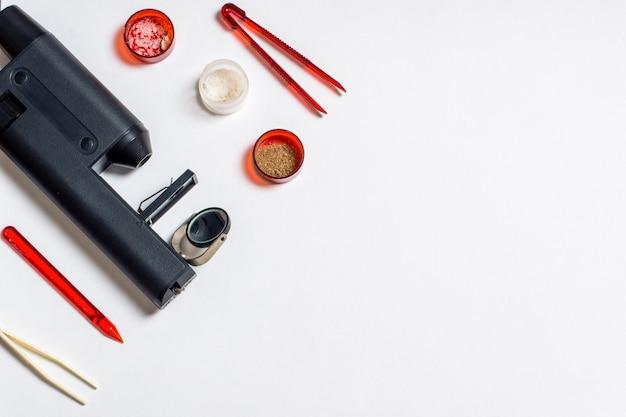 顕微鏡下での臨床検査。白い背景の上面図フラットレイの学校の子供たちの顕微鏡と機器。教育の概念、学校に戻る、化学実験、医療検査