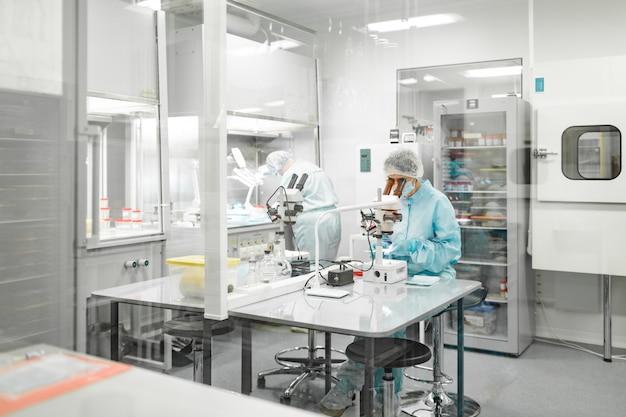 생체 재료 생산 실험실. 사람들은 연구를합니다.