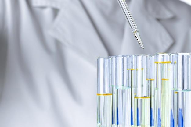 Лабораторные стеклянные пробирки с прозрачной жидкостью крупным планом