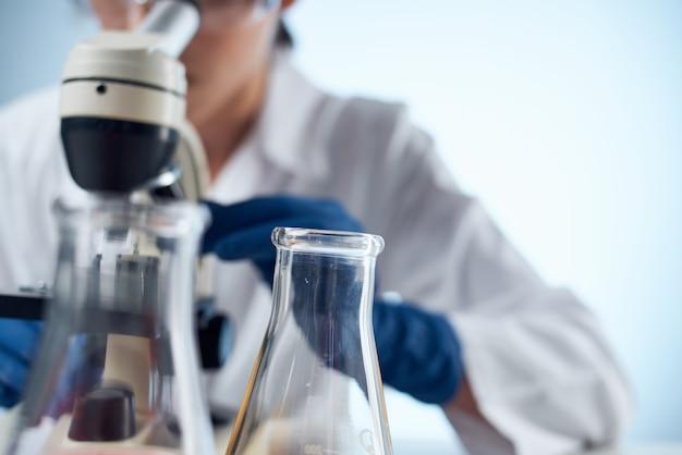 실험실 현미경 연구 기술을 닫습니다
