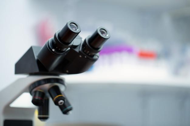 実験用顕微鏡。科学およびヘルスケア研究の背景。