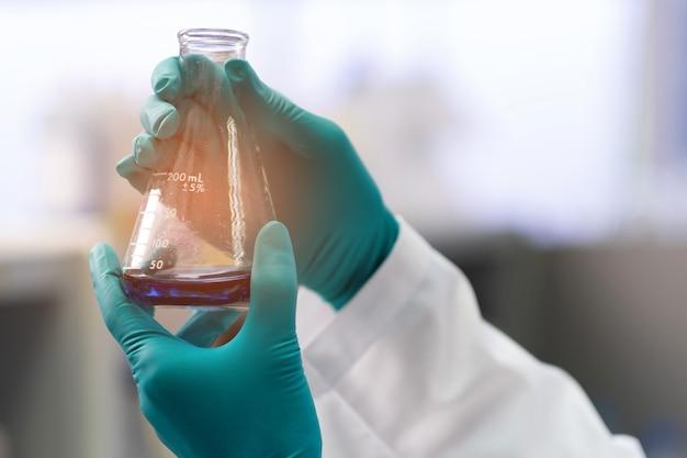 Лабораторная пипетка с оранжевым светом