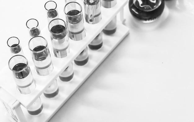 Лабораторные исследования, сбрасывание химической жидкости в пробирки