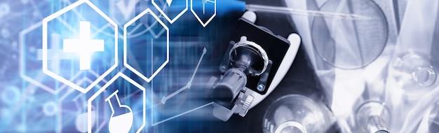 Лабораторное исследование. тестирование на наркотики. химические опыты в лаборатории. под микроскопом различные пробирки и мензурки на столе у врача.