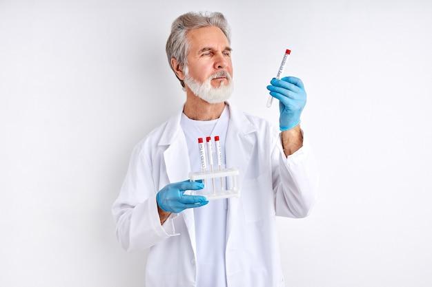 실험실 과학자가 경험 또는 분석을 수행합니다.