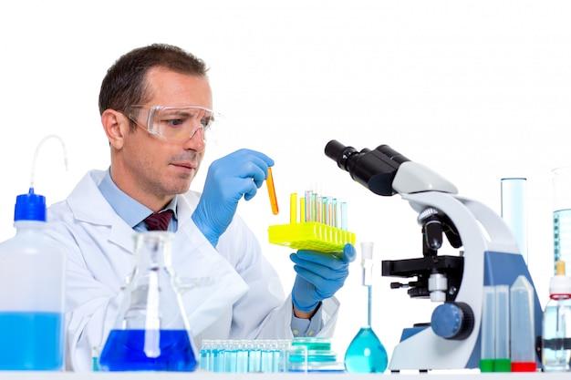 Лаборант работает в лаборатории с пробирками
