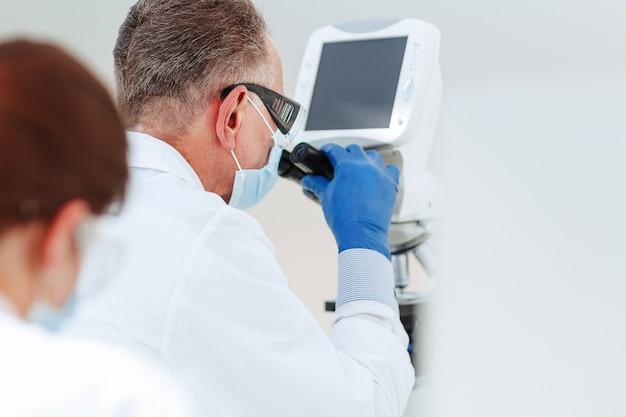 실험실 과학자들은 실험실에서 테스트를 수행합니다.