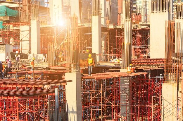 Рабочие, работающие на современном строительном участке, работают в бангкоке в таиланде.
