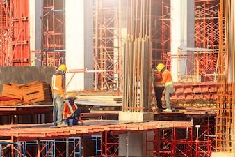 現代の建設現場で働く労働者たちはタイのバンコクで働いています。