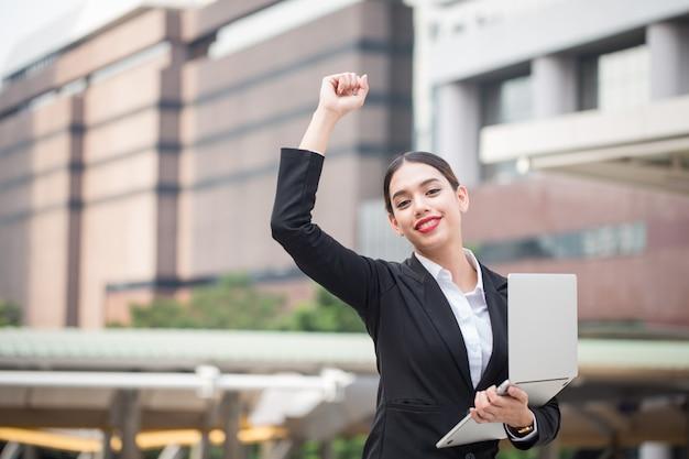 コピースペースを持つlabtopを保持している若い現代ビジネス女性