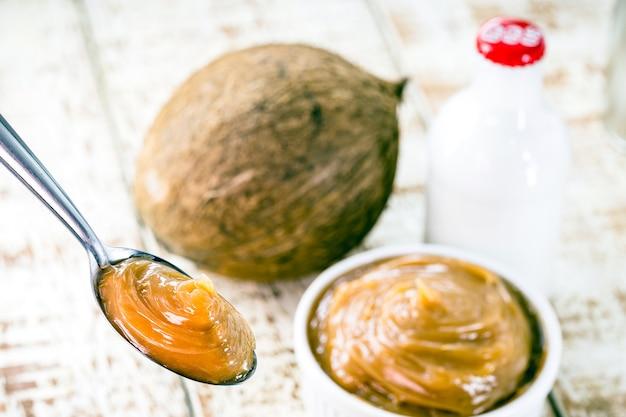Бразильский дульсе де лече без лактозы и глютена, приготовленный из кокосового молока, веганской карамели или веганского дульсе де лече