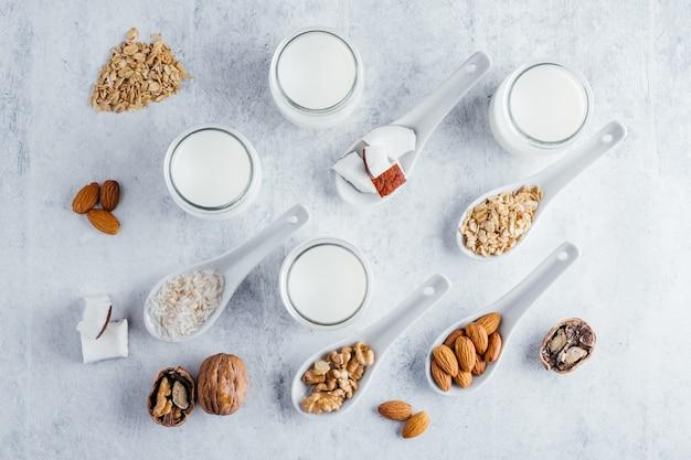 ラクトースフリーの植物性ミルク、ココナッツミルク、アーモンドミルク、クルミミルク、ライスミルク、オートミルク