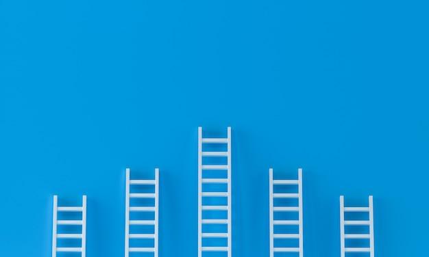 青い壁のスタジオの背景にラダー達成コンセプト。リーダーシップ、テキスト用のコピースペースを備えた成功のコンセプト。 3dレンダリング。