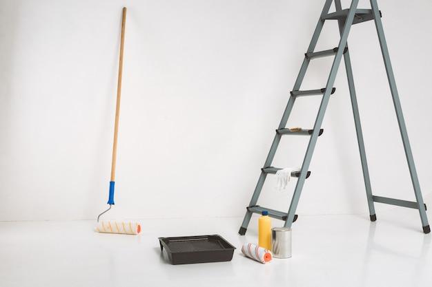 사다리 및 페인팅 도구. 방에서 수리