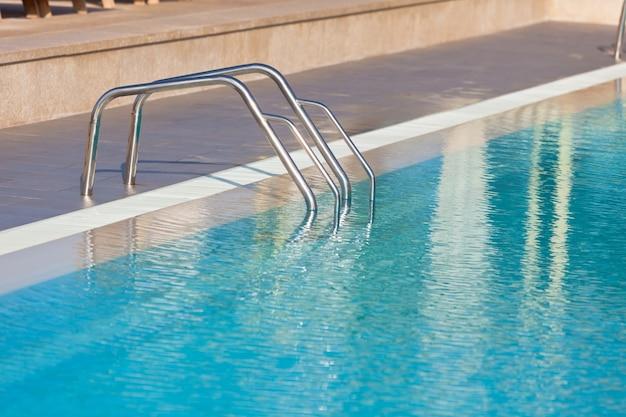 Лестница бассейна. горизонтальный снимок