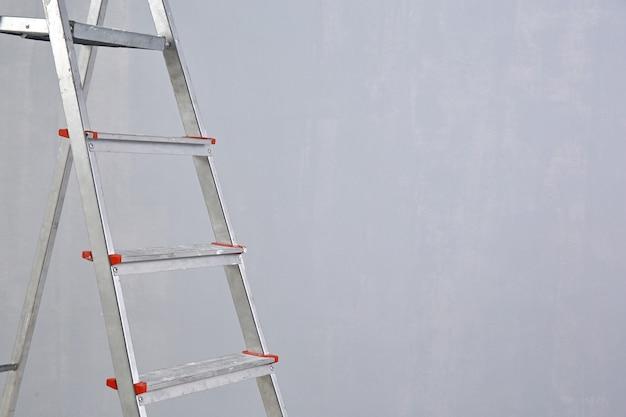 空の部屋に立っているはしご