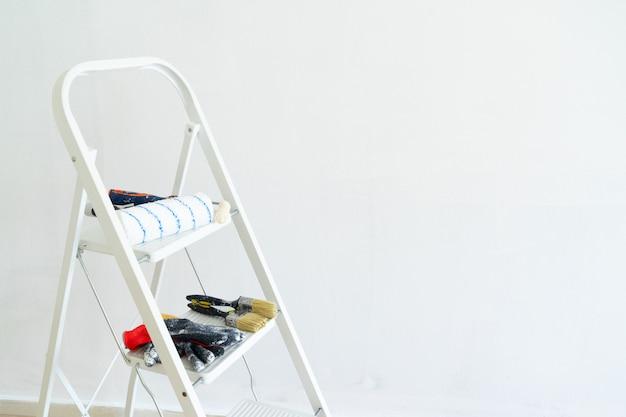 Лестница с инструментами