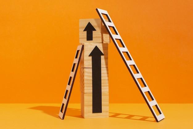 木製の立方体と矢印のはしご